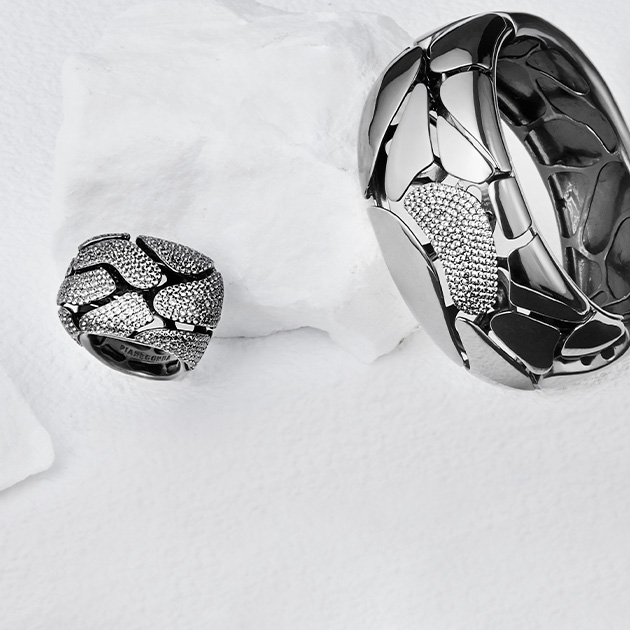 A ring and rigid bracelet from Clipea collection on a marble